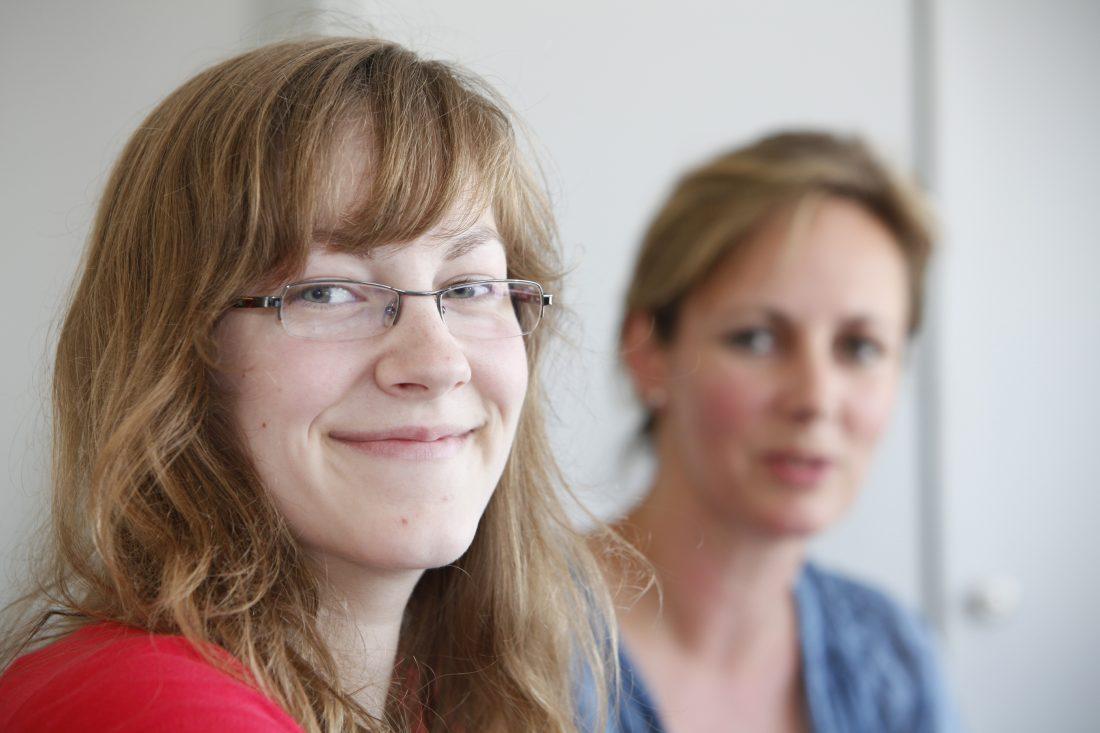 Madeleine Aarts (li.), Auszubildende zur Kauffrau für Groß- und Außenhandel bei der Unternehmensgruppe WILMS